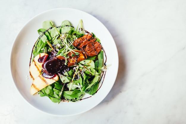 Foie gras avec salade de légumes Photo gratuit