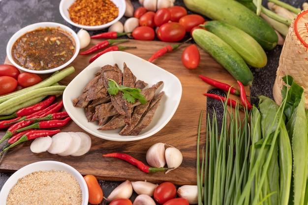 Foie De Porc Grillé Dans Une Assiette Blanche. Photo gratuit