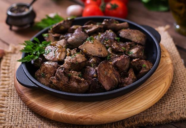 Foie De Poulet Frit Aux Oignons Et Herbes Photo gratuit