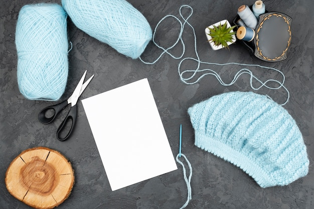 Fond d'ardoise avec laine bleue Photo gratuit