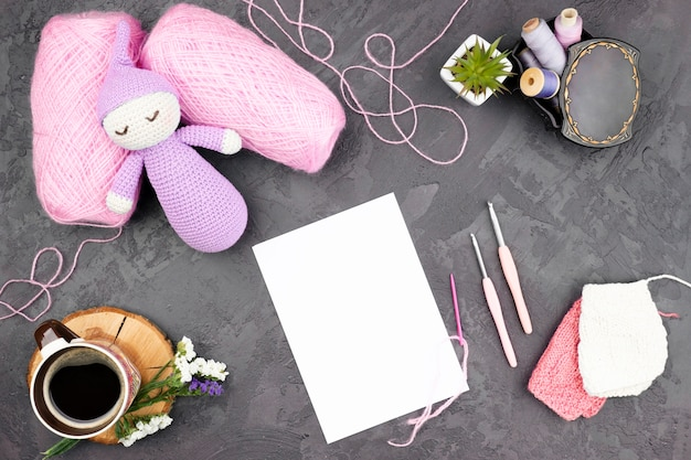 Fond d'ardoise avec laine rose Photo gratuit