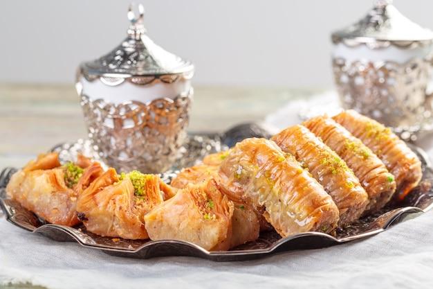 Fond Avec Assortiment De Desserts Orientaux Traditionnels. Différents Bonbons Arabes Photo Premium