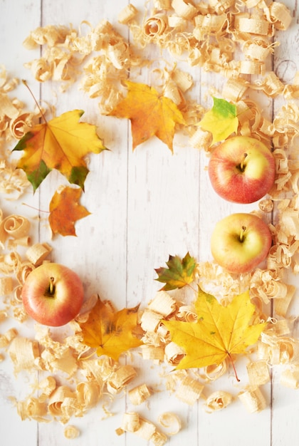 Fond d'automne de feuilles, de pommes et de fleurs. Photo Premium