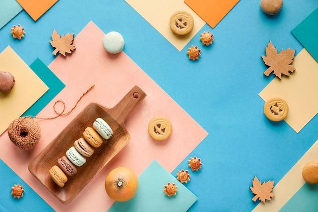 Fond D'automne, Papier Géométrique à Plat Avec Des Bonbons Et Des Décorations Saisonnières Photo Premium
