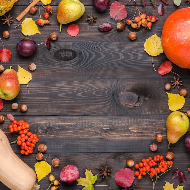 Fond d'automne sombre avec espace de copie. lay plat. Photo Premium