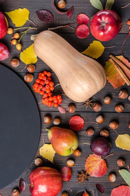 Fond d'automne sombre avec un tableau de craie. lay plat. Photo Premium