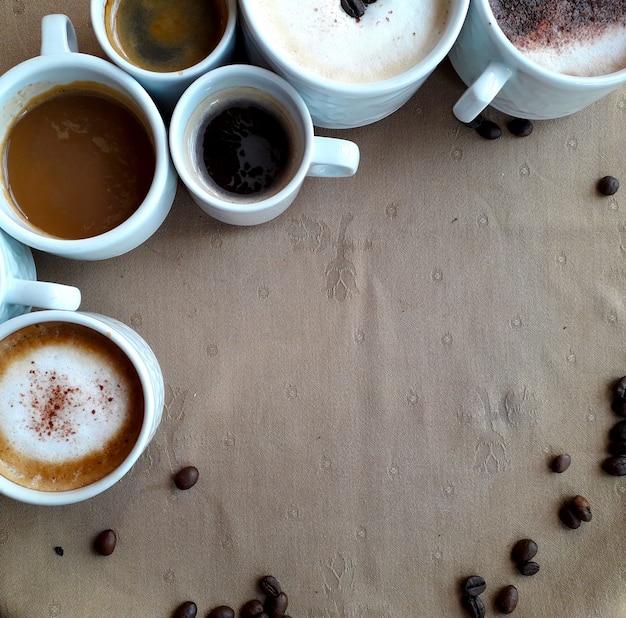 Fond avec beaucoup de tasses de café d'en haut Photo Premium