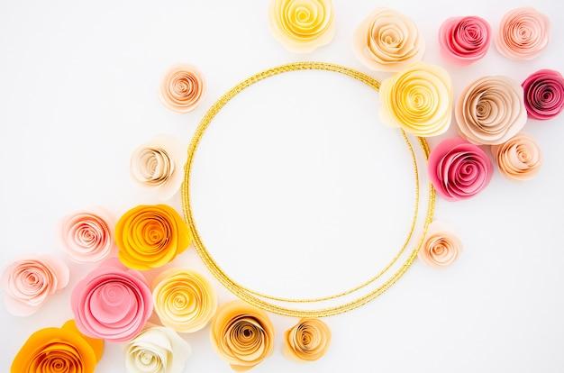 Fond blanc avec cadre de fleurs en papier rond Photo gratuit