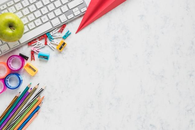 Fond blanc avec des fournitures scolaires en coin Photo gratuit
