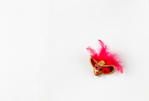Sur fond blanc un masque de carnaval rouge et un espace libre pour le texte Photo Premium