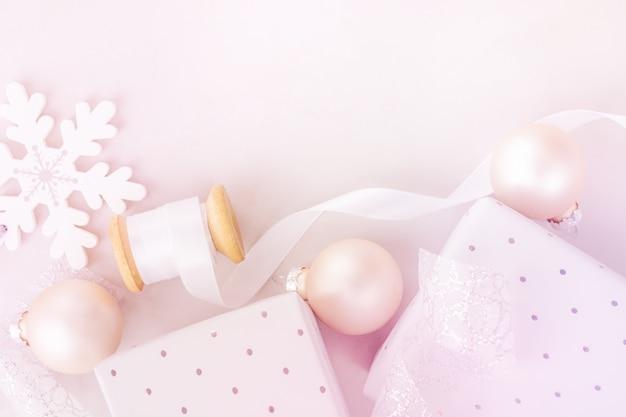 Fond blanc nouvel an noël. coffrets cadeaux flocons neige Photo Premium