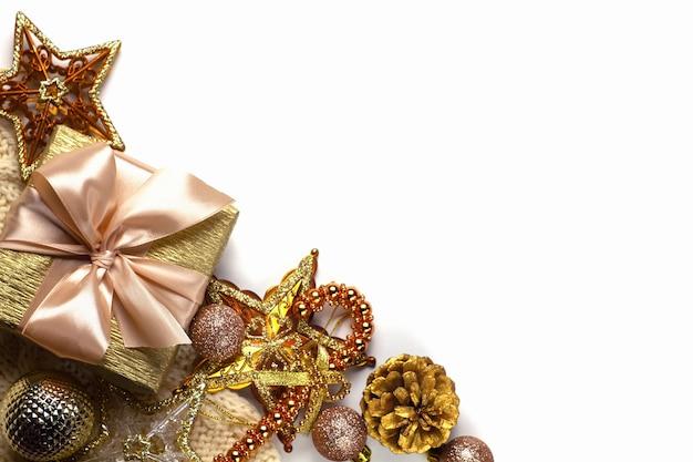 Fond Blanc De Vacances De Noël Avec Des Jouets Dorés Photo Premium