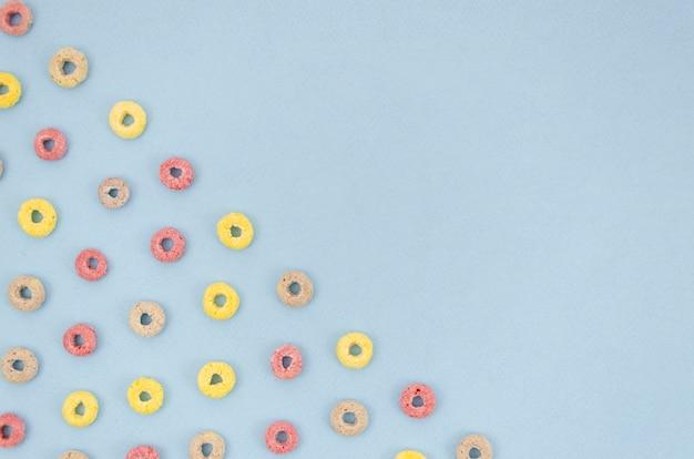 Fond bleu avec des céréales boucle de fruits Photo gratuit