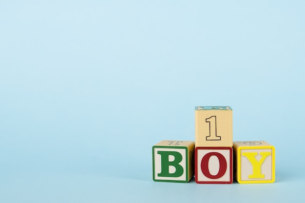 Fond Bleu Avec Des Cubes Colorés Avec Des Lettres Garçon Et Numéro Photo Premium