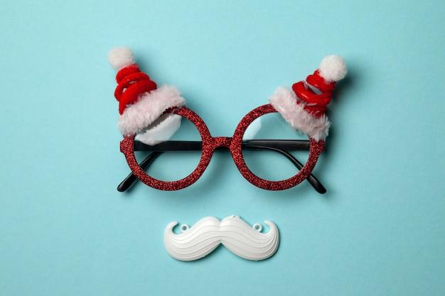 Fond Bleu De Noël Avec Lunettes Santa Et Moustache Blanche Hipster. Photo Premium