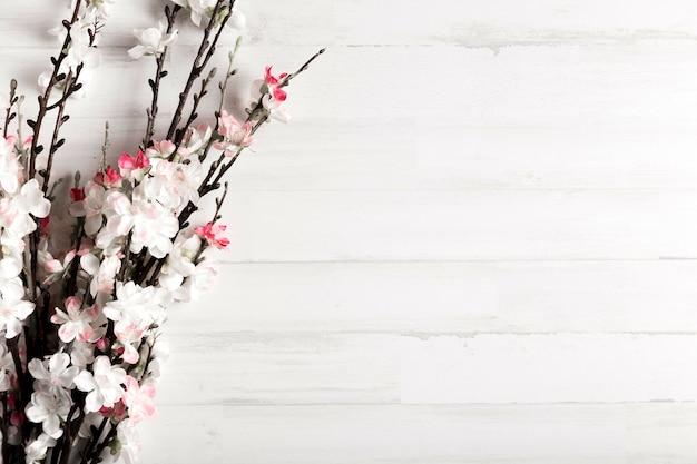 Fond en bois blanc avec des fleurs Photo gratuit