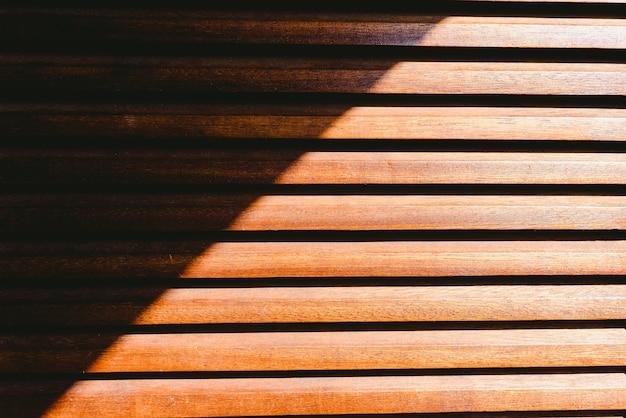 Fond de bois texturé au soleil et ombre symétrique. Photo Premium