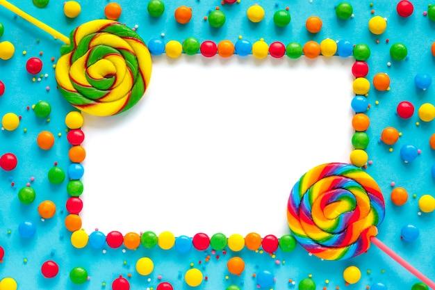 Fond de bonbons arc-en-ciel, maquette de cadre isolé, carte de voeux Photo Premium