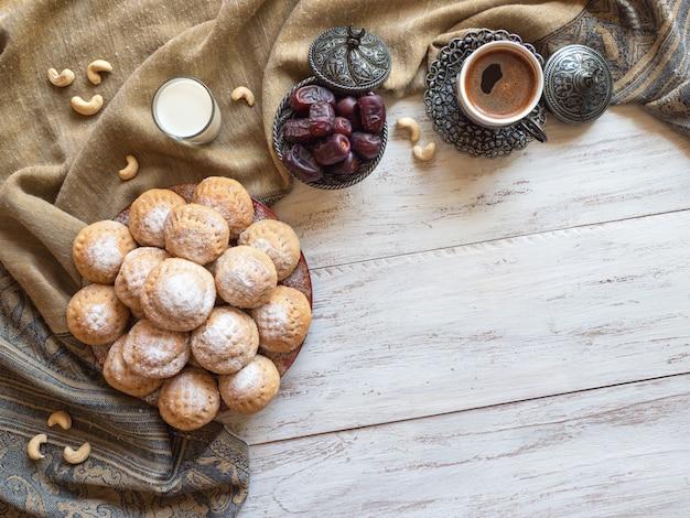 Fond De Bonbons Ramadan. Cookies De La Fête Islamique El Fitr. Biscuits égyptiens Photo Premium
