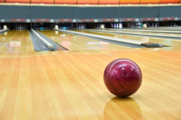 Fond De Boule De Bowling Sur Le Sol. Photo Premium