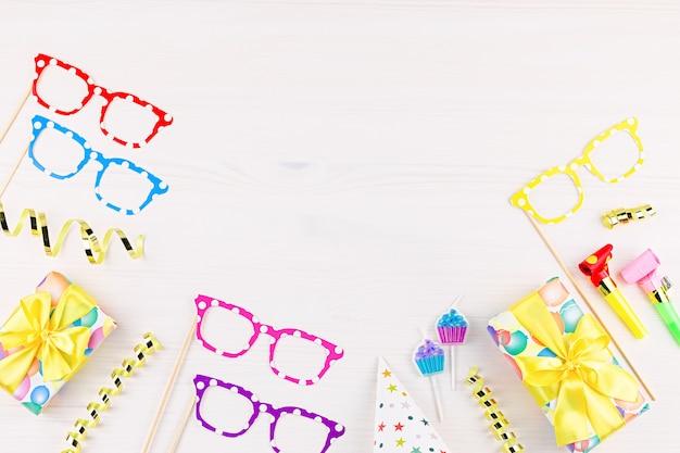 Fond Avec Des Cadeaux Emballés, Confettis, Chapeaux De Fête, Décorations, Espace Copie Photo Premium