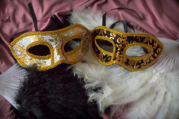 Fond de carnaval élégant avec des masques et des plumes amusantes Photo Premium