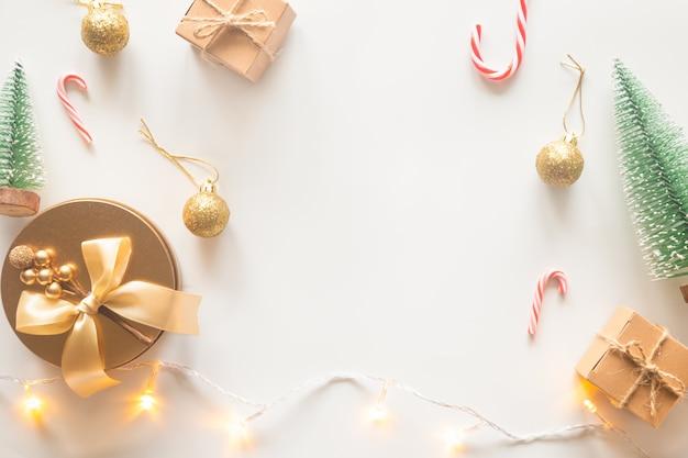 Fond de carte de noël vacances sur fond blanc de plat poser. Photo Premium