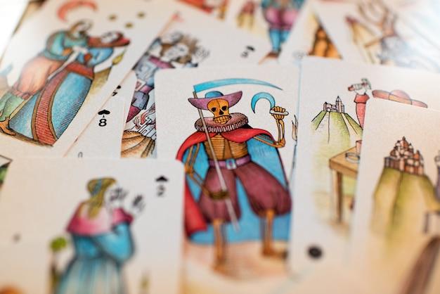 Fond de cartes de tarot dispersés Photo Premium