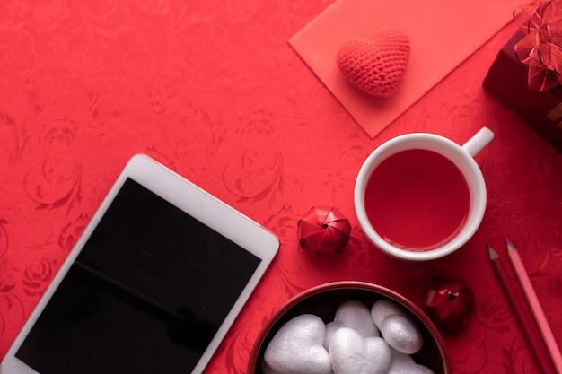 Fond De Célébration De Vacances Saint Valentin, Tasse De Jus Et Boîte-cadeau. Photo Premium