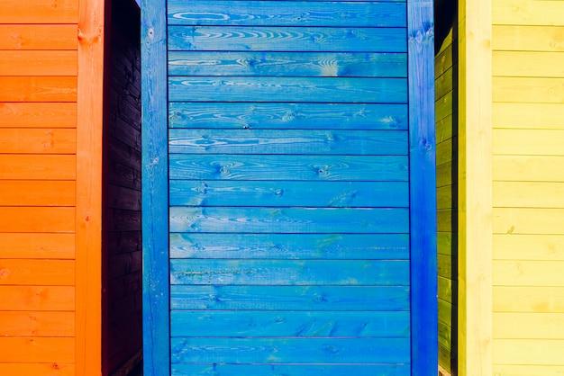 Fond de certaines planches en bois de couleurs vives. Photo Premium