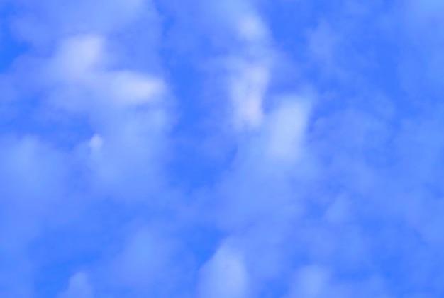 Fond de ciel bleu avec de minuscules nuages blancs Photo Premium