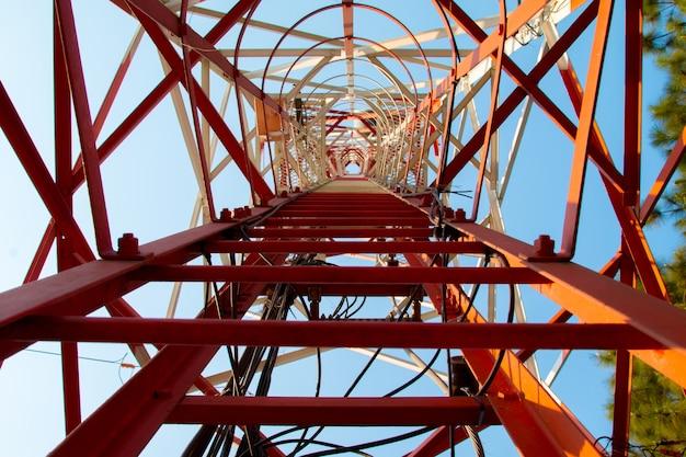 Fond de ciel bleu telecom, antenne de téléphone Photo Premium