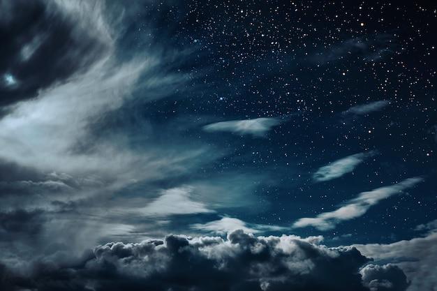 Fond De Ciel Nocturne Avec étoiles Et Lune Et Nuages. éléments De Cette Image Fournis Par La Nasa Photo Premium