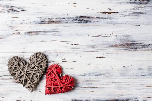Fond avec des coeurs, valentine. la saint valentin. amour. coeurs en osier. place pour le texte. espace de copie de fond Photo Premium