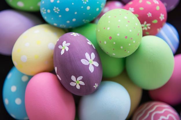 Fond coloré d'oeufs de pâques peints - concept de fond de pâques vacances célébration Photo gratuit