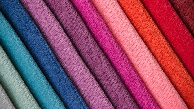 Fond coloré, une pile de tissu coloré. Photo Premium