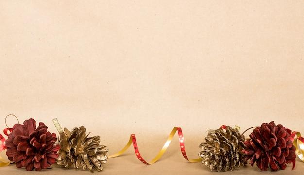 Fond de composition de noël, cadeau de noël, pommes de pin, vue de dessus, plat poser, espace copie Photo Premium