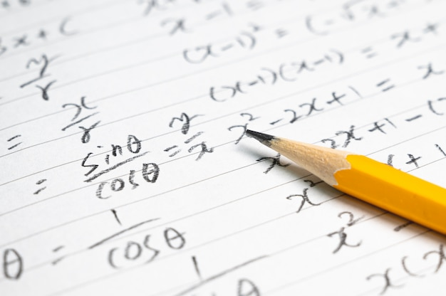 Fond De Concept éducatif Avec Des Formules Mathématiques Et Des Crayons. Photo Premium