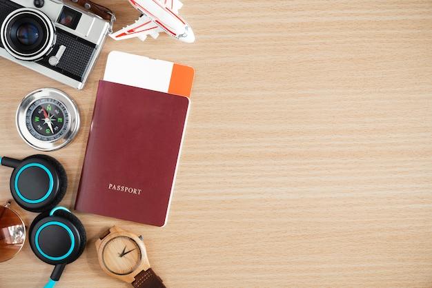 Fond De Concept De Voyage. Passeport, Boussole Et Accessoires Sur Table En Bois Avec Espace Libre Pour Le Texte. Photo Premium