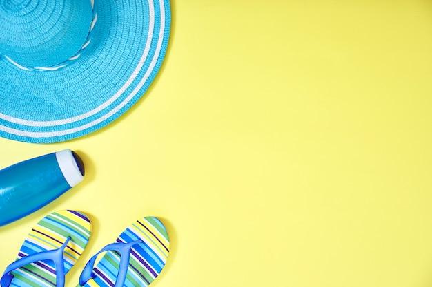 Fond de concept de voyage plat jaune été Photo Premium
