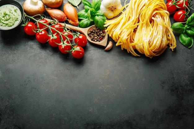 Fond de cuisine italienne sur noir Photo Premium