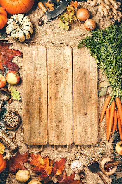 Fond De Cuisson Des Aliments Sains. Carottes Fraîches Du Jardin, Oignons, Citrouilles, Gingembre Et épices Sur Bois Rustique, Vue De Dessus, Espace Copie Photo Premium