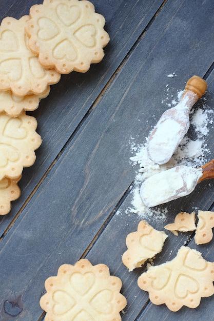 Fond de cuisson de biscuits sablés sans gluten avec des ustensiles et des ingrédients Photo Premium