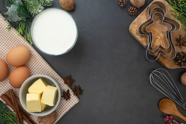 Fond de cuisson de noël. lait, beurre, cannelle, ustensiles de cuisine. Photo Premium