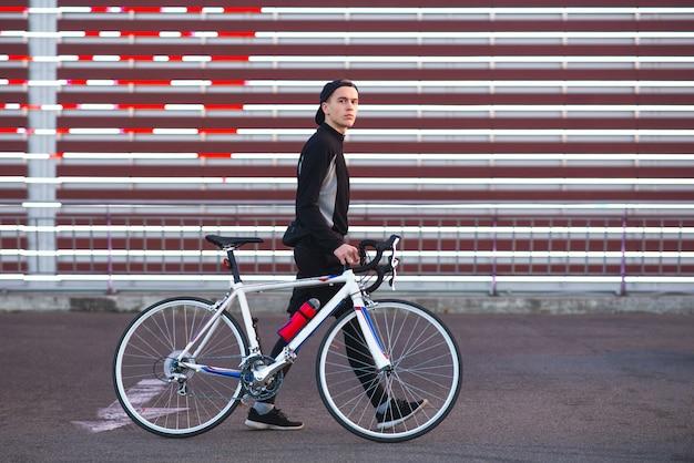 Fond De Cycliste Et Cyberpunk Cycliste Sur Le Fond Du Grand Ecran Photo Premium