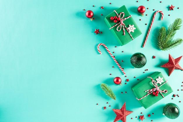 Fond de décoration de noël sur fond vert Photo Premium