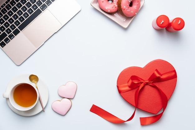 Fond D'écran Saint Valentin Avec Cadeau Coeur Rouge, Ordinateur Portable Et Thé. Carte De Voeux Saint Valentin. Lieu De Travail Féminin. Vue De Dessus Photo Premium