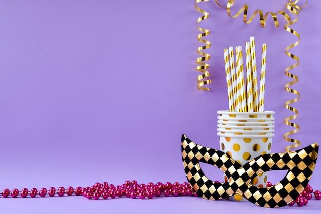 Fond Festif De Masques, Perles Et Tasses Avec Des Tubes En Violet Photo Premium