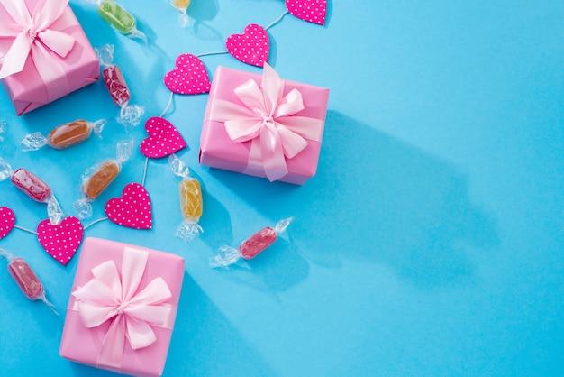 Fond fête décorative avec des coffrets cadeaux. Photo Premium
