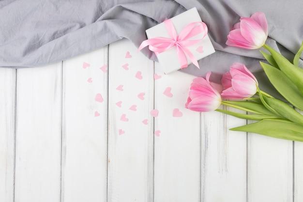 Fond de fête des mères avec des fleurs et le cadeau Photo gratuit